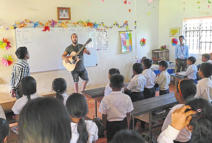 "Tobi Vorwerk singt mit Kindern des ""Light of Hope Village"" in Kambodscha seinen Song ""Care for Children. Foto: CFI Darmstadt"